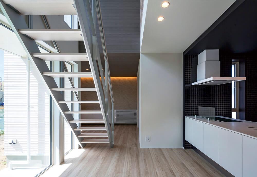 吹き抜けで緩やかにつながる高感度・高性能な住宅