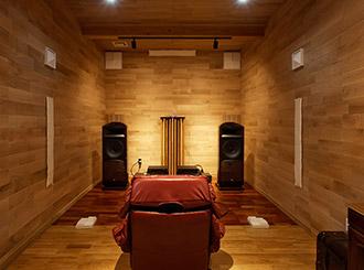 念願のオーディオルーム 無垢材に包まれる木の家